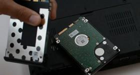 Cómo cambiar el disco duro y la unidad óptica en el portátil