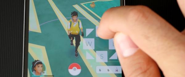 Pokemon GO uz dīvāna, fiktīvas vietās ar kursorsviru